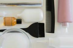 Haarfärbemittelwerkzeuge auf weißem Hintergrund, Raum für Text Stockbilder