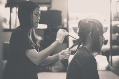 Haarfärbung in einem Schönheitssalon-Praxisabschluß oben, färbend Stockbilder