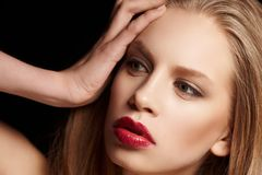 Haarige blonde Frau mit den roten Lippen Stockfoto
