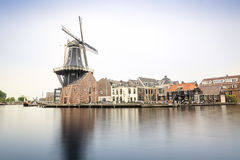 Haarlem durch den Kanal mit Windmühle, die Niederlande Lizenzfreies Stockfoto