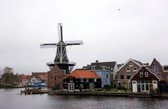 HAARLEM NEDERLÄNDERNA - NOVEMBER 14: typisk väderkvarn och medeltida arkitektur i Haarlem på 14 November, 2017 Det ` s som är bek Royaltyfri Bild