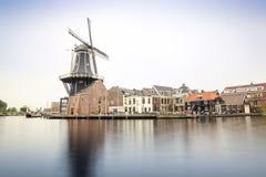 Haarlem por el canal con el molino de viento, los Países Bajos Foto de archivo libre de regalías