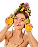 Haarmaske von den frischen Früchten auf Frauenkopf Stockfotos