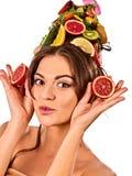 Haarmaske von den frischen Früchten auf Frauenkopf Bloße Schultern Lizenzfreie Stockfotografie