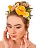 Haarmaske von den frischen Früchten auf Frauenkopf Mädchen mit schönem Gesicht Stockbild