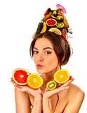 Haarmaske von den frischen Früchten auf Frauenkopf Mädchen mit schönem Gesicht Stockfoto