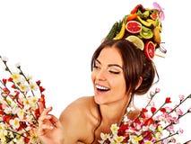 Haarmaske von den frischen Früchten auf Frauenkopf und -frühling blüht Lizenzfreies Stockbild