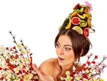 Haarmasker van verse vruchten op van de vrouwenhoofd en lente bloemen Royalty-vrije Stock Afbeelding