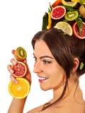 Haarmasker van verse vruchten op vrouwenhoofd Meisje met mooi gezicht Stock Foto's