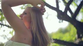 Haarmeisje in de zomertuin stock video