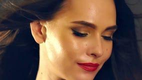 Haarmodell auf Wind des schönen Mädchens mit dem Schlaghaar stock video footage