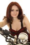 Haarmotorrad-Abschlusslächeln der Frau rotes lizenzfreies stockfoto