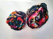 Haarnadel handgemacht mit farbigen Gewebeblumen und -perlen lizenzfreie stockbilder