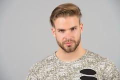 Haarpflege im Friseursalon oder im Schönheitssalon Macho mit Bart auf unrasiertem Gesicht Bärtiger Mann mit dem blonden Haar und  Stockbilder