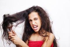 Haarpflegekonzept mit dem Porträt des Mädchens ihr Haar bürstend Stockfoto