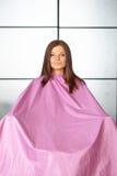 Haarsalon. Jonge vrouw in haar scherpe toga. Royalty-vrije Stock Foto