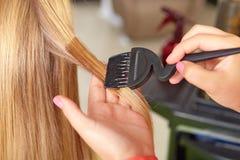 Haarsalon. Toepassing van schoonheidsmiddelen. Royalty-vrije Stock Foto