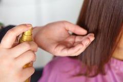 Haarsalon. Vrouwen` s kapsel. Gebruik van kosmetische olie. Stock Foto's