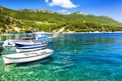 Haarscharfes adriatisches Meer auf Peljesac-Halbinsel, Dalmatien, Kroatien Stockfoto