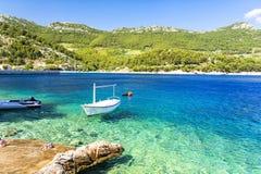Haarscharfes adriatisches Meer auf Peljesac-Halbinsel, Dalmatien, Kroatien Lizenzfreies Stockfoto