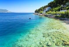 Haarscharfes adriatisches Meer auf Peljesac-Halbinsel in Dalmatien, Kroatien Lizenzfreies Stockfoto