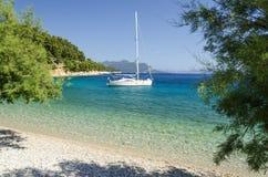 Haarscharfes adriatisches Meer auf Peljesac-Halbinsel in Dalmatien, Kroatien Stockbilder