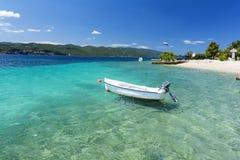 Haarscharfes adriatisches Meer auf Peljesac-Halbinsel in Dalmatien, Kroatien Stockfotos