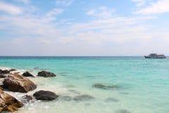 Haarscharfes Meer von Tropeninsel mit einem kleinen Boot auf dem Horizont, Thailand Stockfoto