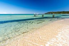 Haarscharfes Wasser auf Pampelonne-Strand nahe Saint Tropez in Süd-Frankreich Stockbild