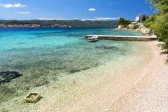 Haarscharfes Wasser auf Peljesac-Halbinsel nahe Korcula-Insel in Dalmatien, Kroatien Lizenzfreie Stockfotografie