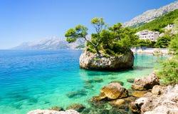Haarscharfes Wasser von adriatischem Meer in Brela auf Makarska Riviera, Dalmatien, Kroatien Lizenzfreie Stockbilder