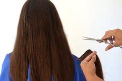 Haarschnitt auf wirklich langem Haar lizenzfreie stockfotografie