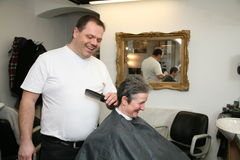 Haarschnitt an den Herrenfriseuren Stockbilder