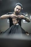 Haarschnitt des kleinen Jungen im Friseursalon Lizenzfreie Stockfotografie