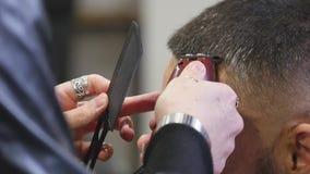 Haarschnittmänner Friseursalon Die Friseure der Männer; Friseure Friseur schneidet die Kundenmaschine für Haarschnitte stock video footage
