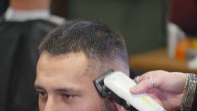 Haarschnittmänner Friseursalon Die Friseure der Männer; Friseure Friseur schneidet die Kundenmaschine für Haarschnitte stock video
