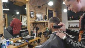 Haarschnittmänner Friseursalon Die Friseure der Männer; Friseure Friseur schneidet die Kundenmaschine für Haarschnitte stock footage