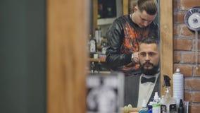 Haarschnittmänner Friseursalon Männer ` s Friseurfriseure Friseur schneidet die Kundenmaschine für Haarschnitte stock footage