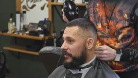 Haarschnittmänner Friseursalon Männer ` s Friseurfriseure Friseur schneidet die Kundenmaschine für Haarschnitte stock video