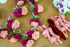 Haarspangen in Form von Blumen oder Blumensträußen Stockfoto