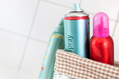 Haarspray in einem Korb Stockfotos
