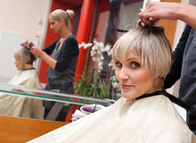 Haarstilist bei der Arbeit Stockfoto
