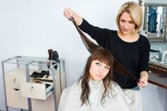 Haarstilist in der Arbeit Stockfotografie