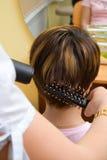 Haarstilist, der an einem clie arbeitet stockbilder