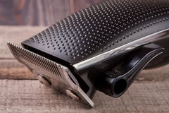 Haartrimmer auf einer alten hölzernen Hintergrundnahaufnahme lizenzfreie stockfotografie
