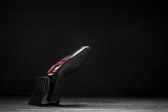 Haartrimmer vor einem schwarzen Hintergrund stockbilder