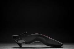 Haartrimmer vor einem schwarzen Hintergrund stockfotografie