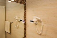 Haartrockner im Badezimmer Der Innenraum des Badezimmers an Lizenzfreies Stockfoto