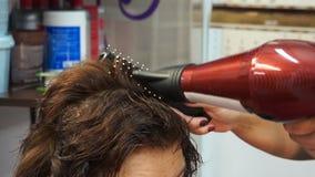 Haartrockner zum trockenen Haar stock video footage