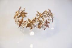 Haarverzierung der goldenen Hochzeit mit kleinen Sternen auf ihr Stockfotos
